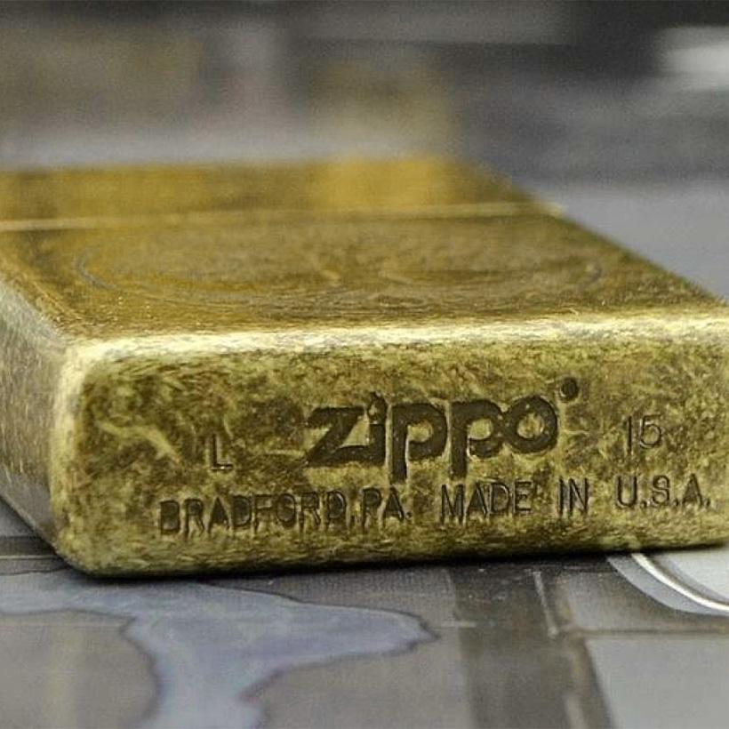 Mộc đáy khắc đầy đủ thông tin về nhà máy sản xuất bật lửa Zippo