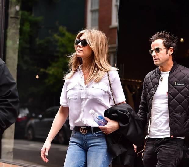 Jennifer Aniston tự tin ra phố khi phối đồ với thắt lưng Gucci