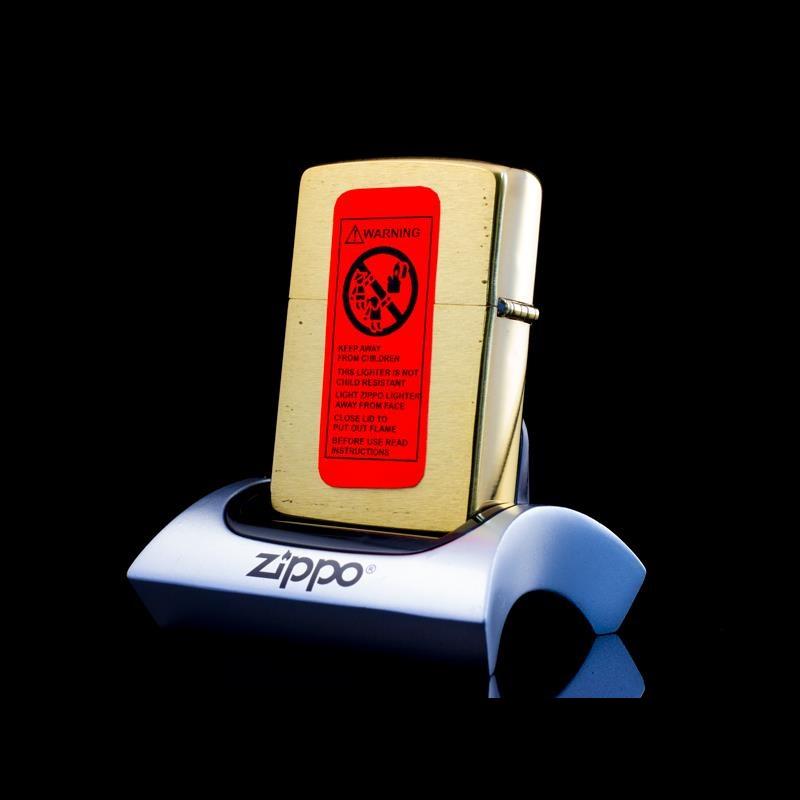 Tem đỏ chống giả được dán kín ở phần mặt lưng của ZiPPO tại Long An