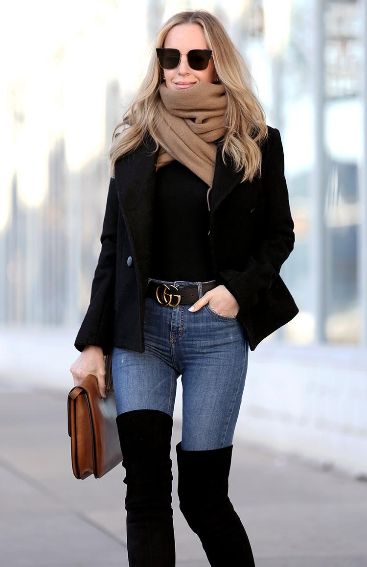 Chỉ với quần jean và sơ mi cùng thắt lưng Gucci cổ điển, set đồ thật sang trọng