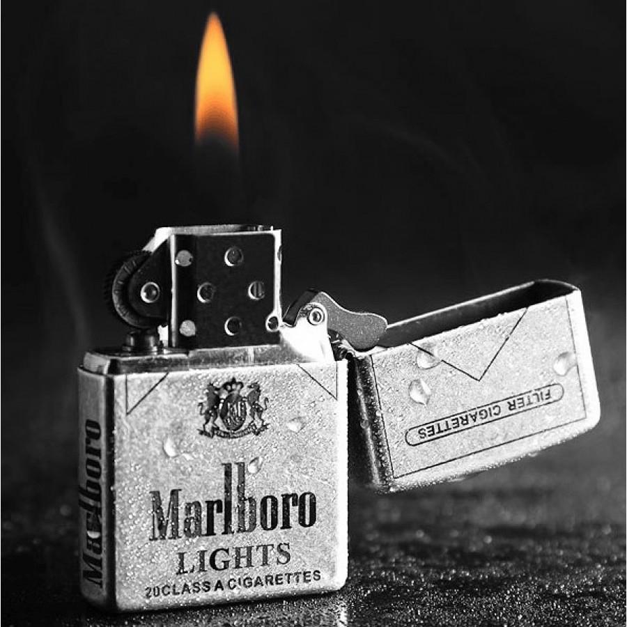 Ngọn lửa xanh rờn của Zippo hiên ngang trước gió là hình ảnh đáng nhớ