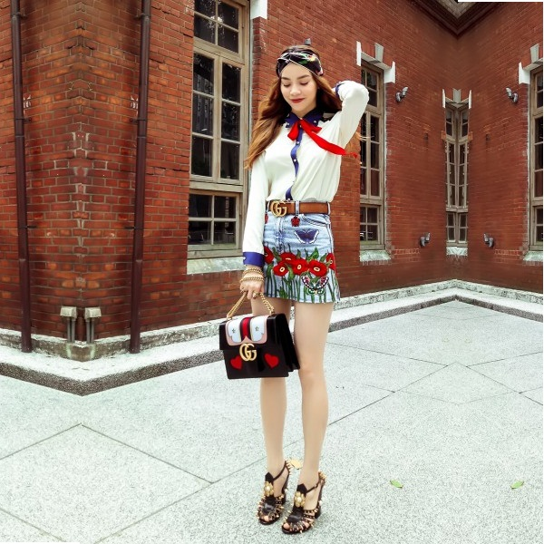 Hồ Ngọc Hà phối hợp thắt lưng Gucci với chân váy jean thêu họa tiết