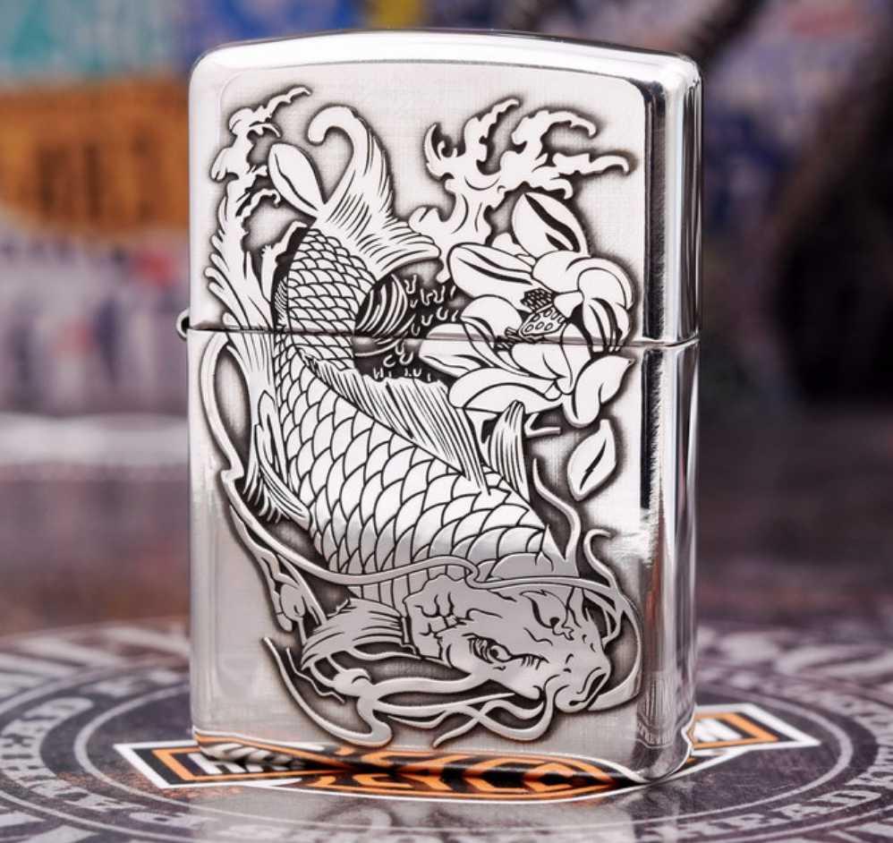 Cận cảnh hình cá chép đẹp lạ trên bật lửa ZiPPO Sterling bạc